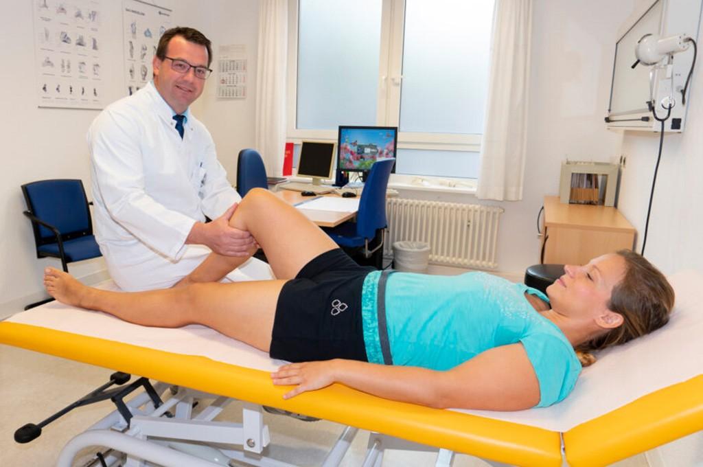 Der Ärztliche Direktor Prof. Maik Hoberg des Marienstifts Arnstadt bei einer Knieuntersuchung | Foto: Marienstift Arnstadt