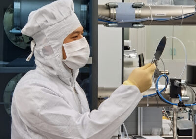 Mitarbeiter der 5microns GmbH in den Reinraumlaboren des Zentrums für Mikro- und Nanotechnologien der TU Ilmenau   © 5microns