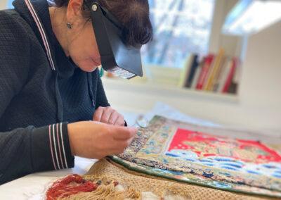 Textilrestauratorin Marie-Luise Gothe am Sattelzeug von Raden Saleh | © Stiftung Schloss Friedenstein/Susanne Hörr