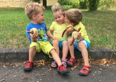 Kinder beim Bratwurst essen | © Carolin Schmidt